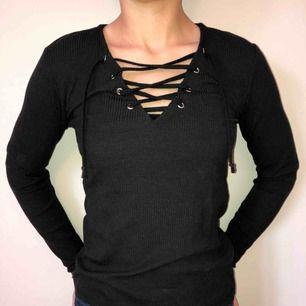 Nypris: 199kr. Storlek S. Knapp använda tröja som jag köpte förra året. Ribbat svart tyg med en snörning framtill.