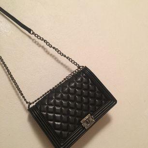 Medelstor Chanel väska använd max 3 ggr inte äkta men riktigt bra kopia ,ser ut som äkta. Kan mötas upp i Malmö  Fraktar 🌺