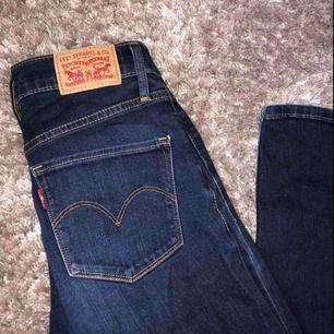 Nypris: 899kr. Levis Jeans i storlek 26(tumstorlek), det är samma som storlek 34/36 i jeans. Bootcut leg med mid rise. Köpta i butik i USA och knapp använda. Jag säljer dem eftersom de har blivit för små.