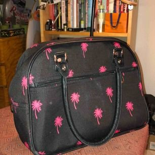 Stor handväska men fickor på insidan. Lite smutsig på utsidan, men det går bort!