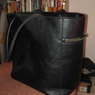 Stor handväska från H&M med fack på insidan och utsidan!