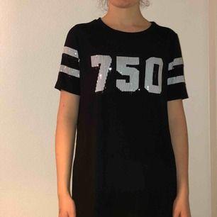 Lång svart tröja från topshop med paljetter.