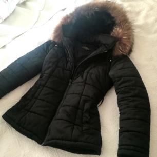 Säljer en supervarm, snygg och bekväm vinterjacka från  belle shoes. Storlek xS. Passar även S. Jättestor äkta pälskrage. Skärp medföljer. 🌟
