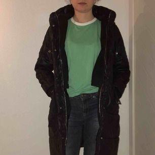 Varm, tjock puffer-kappa med luva från DKNY. Den är barnstorlek för 12år men passar XS