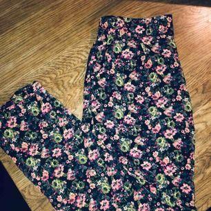 Fantastiska sköna byxor i satin med fint mönster, använda en gång, toppskick!