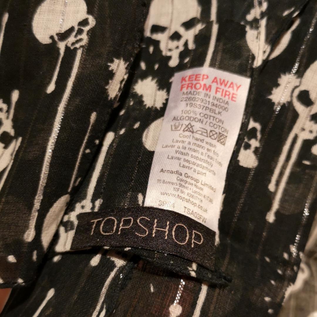 Avlång sjal i svart med silvriga glitterpartier och dödskallar. Helt oanvänd, i perfekt nyskick. . Accessoarer.