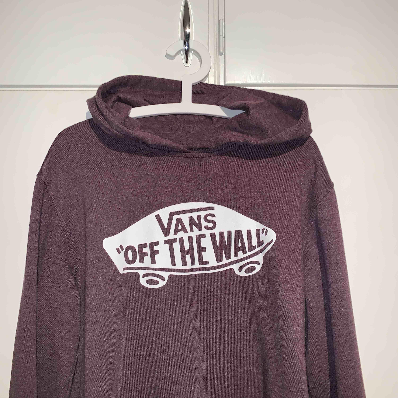 Ljuslila Vans hoodie i så gott som nytt skick! Hyfsad stor passform för att vara M, passar mer som L eller ev. XL. Huvtröjor & Träningströjor.