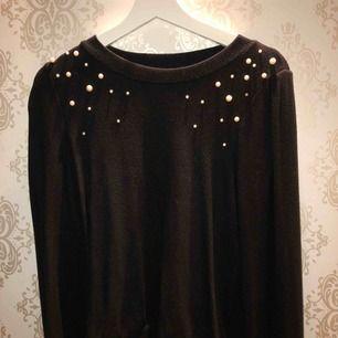 Tröja från Gina tricot, jätte skönt och mjukt material med lite pärlor på axlarna, köparen står för frakt!