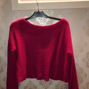 Stickad tröja med lite vida armar från na-kd storlek S, nypris 299kr använd 1 gång! Köparen står för frakten