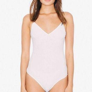 Vit ribbad body från american apparel, sitter snyggt och är bekväm! Finns inte att köpa längre
