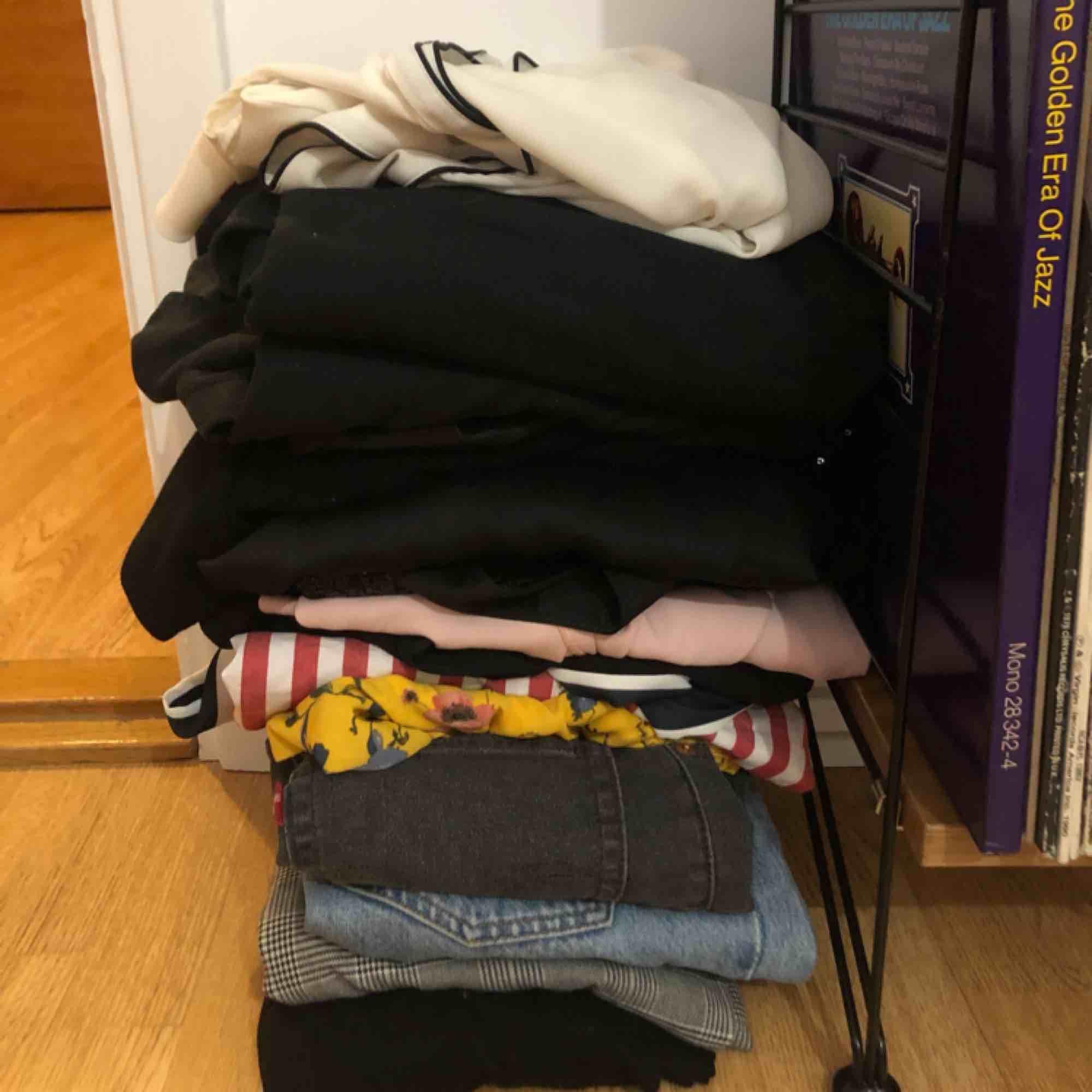 Säljer en hög med kläder i storlek XS och S. Allt är i fint skick men används inte längre. I högen finns bland annat Levis, monki, Lindex, Gina Tricot, ASOS, Zara. Köparen står för frakten.  . Toppar.