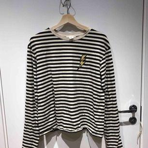 Långarmad tröja med ⚡️ från H&M, använd men i bra skick.  Köparen står för frakt.
