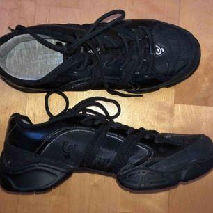 Dans skor köpta på studio dansa för 800kr. Använd max 2 gånger pågrund av för liten storlek. Storlek 38. Väldigt sköna och ger fötterna den stabilitet de behöver i dansen.