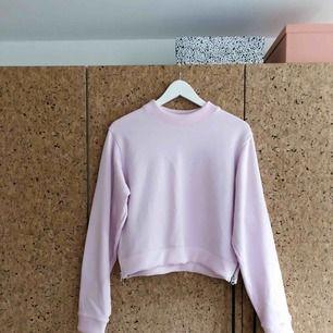 Ljusrosa Acne-tröja i storlek S. Väldigt sparsamt använd. Har en en liten fläck på framsidan som är väldigt ljus och syns om man verkligen anstränger sig. Samt lite färgad av något par jeans på insidan, bara lite vid dragkedjorna. Max använd 10 gånger.