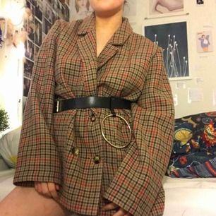 sååå snygg jacka (kappa)/ kostym jacka ifrån monki. älskar såå mycket ! man kan styla med ett enkelt skärp eller en väska eller bara ha den som den är. med en polo tröja under ser man så bossig ut !