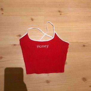 Rött sommarlinne som är korsat i ryggen, säljer pga att den inte kommer till användning