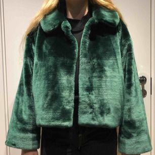 Världens underbarare fake pälsjacka från WEEKDAY, använd fåtal gånger så i mycket bra skick!! Köparen står för frakt. Nypris 800kr (slutsåld på hemsidan)