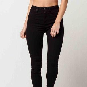 Två par svarta skinny jeans. 1 par från pull & Bear storlek 36 mid waist som aldrig är använda. 150kr + frakt 60kr  1 par från bikbok storlek S High waisted använda 1 gång 100kr + frakt 60kr