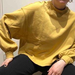Senapsgul tröja med ballongarm från H&M TREND, använd fåtal gånger så i mycket bra skick!!  Köparen står för frakt