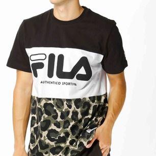 Fila t-shirt i storlek XS dock från killavdelningen så passar S, använd ett fåtal gånger. Som ny. 60kr + 60kr frakt.