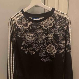 Säljer jättefin adidas tröja i storlek 34/XS som tyvärr inte kommer till användning längre. Köparen står för frakten :)