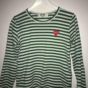 Tänkte sälja min jätte fina och sköna COMME des GARCONS tröja. DEN ÄR ÄKTA! Köpt på DSML. Storlek M men skulle säga att den passar allt från M nedåt men att den bäst passar S och kan vara lite per sized på XS (vilken är snyggt).Den är i 10/10 skick. ❤️👀
