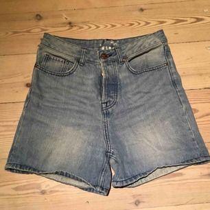 Högmidjade blåa jeansshorts från BikBok. Säljes pga fel storlek.