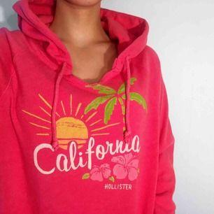 Mysig skrikrosa hoodie från Hollister storlek S. Ok skick, lite nopprig. Frakt kostar 55kr extra, postar med videobevis/bildbevis. Jag garanterar en snabb pålitlig affär!✨