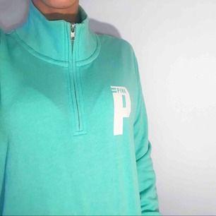 Turkos tröja med polo krage från Pink (Victorias Secret) Frakt kostar 55kr extra, postar med videobevis/bildbevis. Jag garanterar en snabb pålitlig affär!✨