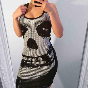 Supercool svart och vit klänning med paljetter från IronFist storlek M, för stor för mig med xs. Super bra skick, nypris cirka 700kr Frakt kostar 36kr extra, postar med videobevis/bildbevis. Jag garanterar en snabb pålitlig affär!✨