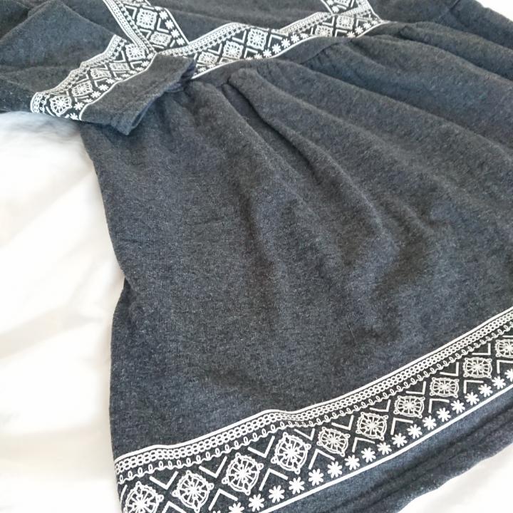 Säljer denna JÄTTEFINA klänning eftersom jag aldrig använder den. Egentligen är det en blus, men jag använder den som (en väldigt kort) klänning. Den är från det koreanska märket Goroke och kvalitén är verkligen bra, den ser precis ut som när jag köpte den.  Längd 69cm Armar 41cm Omkrets 94cm  Mötas i centrala Stockholm OK Frakt (extra fraktkostnad) OK . Klänningar.