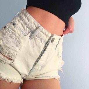 Skitsnygga vita vintage shorts från River Island storlek 8, jag är en xs. Har en liten fläck vid gylfen. Frakt kostar 55kr extra, postar med videobevis/bildbevis. Jag garanterar en snabb pålitlig affär!✨