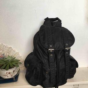 Större Ryggsäck från monki. Är använd därav billigt pris, fortfarande användbar dock! Frakt : 39kr ✨ samfraktar gärna med andra produkter jag säljer