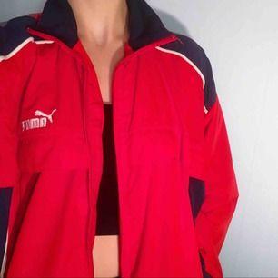 Vintage röd och mörkblå Puma jacka🤪 Frakt kostar 55kr extra, postar med videobevis/bildbevis. Jag garanterar en snabb pålitlig affär!✨
