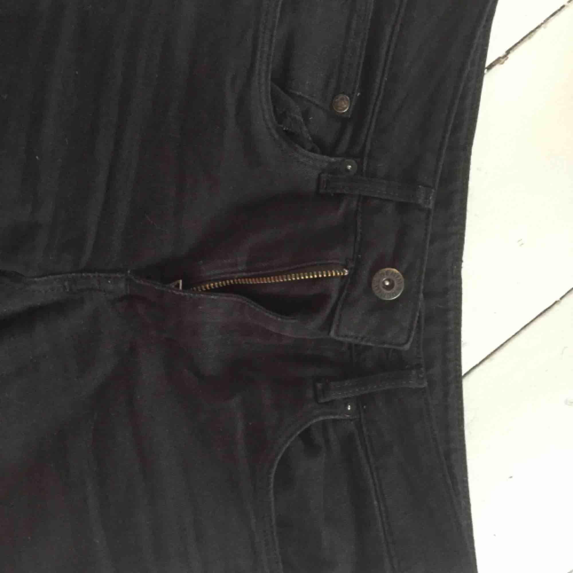 Svarta raka jeans som är i ganska bra skick förutom en liten fläck på låret som knappt syns. Ganska hög midja. . Jeans & Byxor.