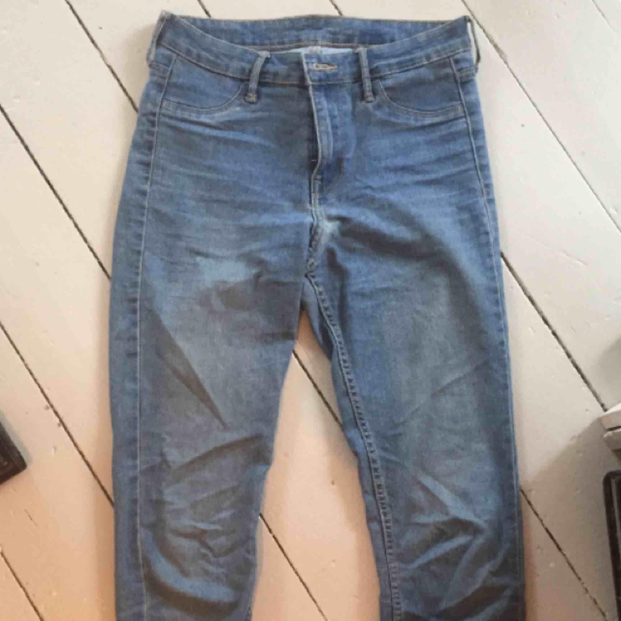 Ljusa tajta jeans i fint skick förutom ett litet hål på rumpan (se bild tre). . Jeans & Byxor.