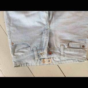 Tajta jeans i en jättefin ljus färg som är i toppen skick förutom att en skärphållare har gått sönder (bild 3)