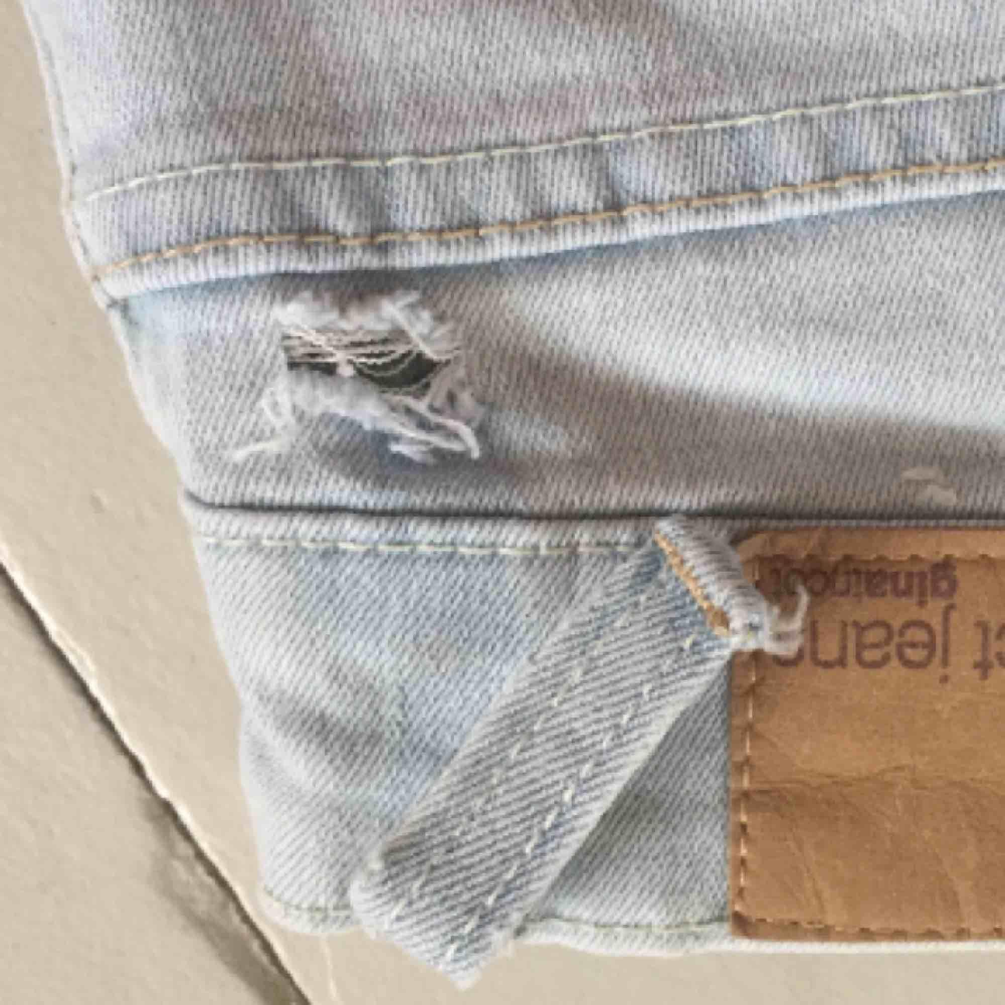 Tajta jeans i en jättefin ljus färg som är i toppen skick förutom att en skärphållare har gått sönder (bild 3) . Jeans & Byxor.