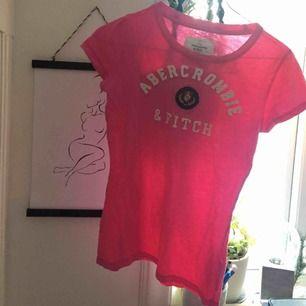 Rosa a&f tröja som även passar XS och xxs.  Jättebra skick!