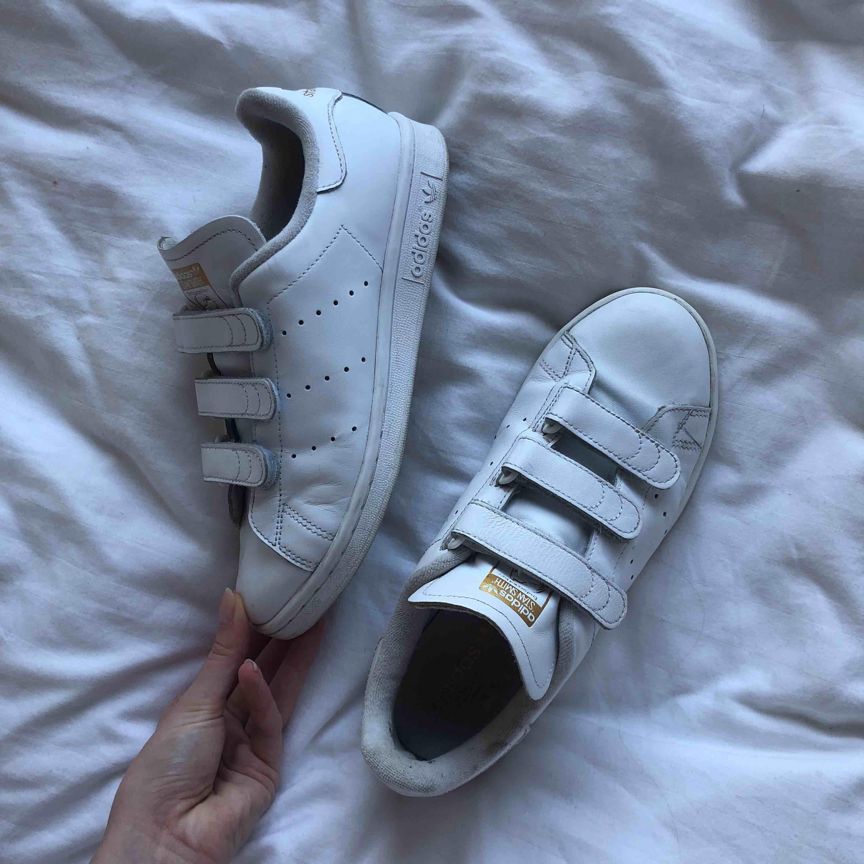Nästan nya skinn Adidas sneakers med kardborrband, använda ca 5 gånger. Fortfarande kritvita och ser nya ut! Nypris 899kr. Skickar gärna fler bilder om det önskas. Frakt 90kr. Skor.