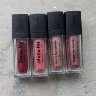 fyra matta läppglans från sleek makeup, två av dem är i metallic nyanser. endast testade men står bara i skåpet och blir aldrig använda. 20 kr/st eller alla fyra för 50 kr plus frakt.