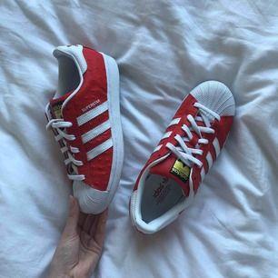 Nästan nya skinn adidas sneakers, använda en gång i typ 10 minuter. Skickar gärna fler bilder om det önskas. Frakt 90kr.