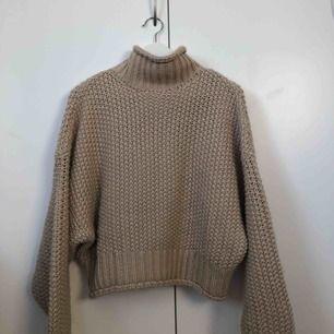 Jättefin stickad tröja från H&M. Väldigt varm. Är storlek XS men stor så passar utan problem en S :) (är själv S).