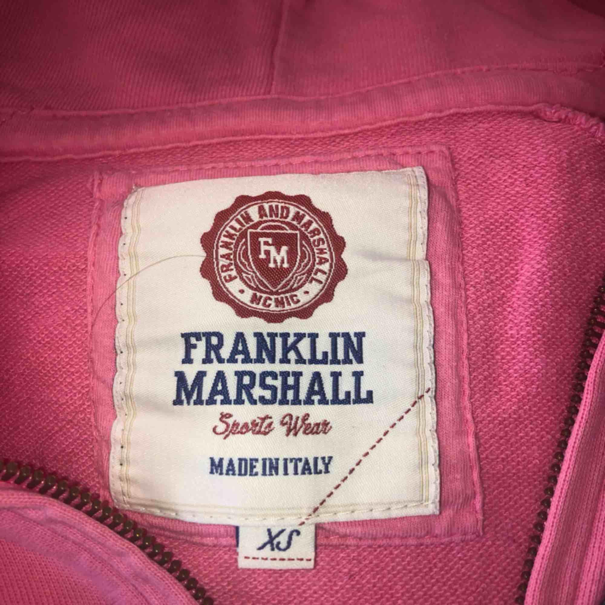 Ljusrosa hoddie med luva från Franklin Marshall.  Ordinarie pris 999:- Använd en del men har endast garderoben senaste året så därför säljer jag den nu. Huvtröjor & Träningströjor.