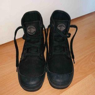 Endast använda 2 gånger, riktigt fint skick på skorna. Små fläckar från grus på vissa ställen men lätt att borsta bort :)