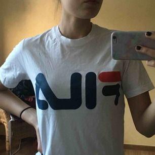 Supernajs FILA t-shirt i bra skick, använd några gånger men är lite för tajt för mig (har egentligen M) så därför säljs den  Kan mötas i södra Stockholm eller så står köparen för frakt