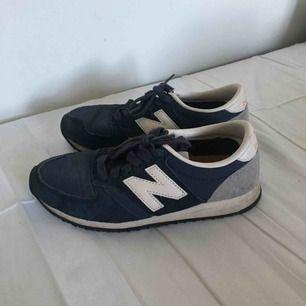 Mörkblåa sneakers från New Balance. Storlek 37. I fint, begagnat skick. Porto på 62 kr tillkommer. 😊