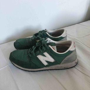 Mörkgröna sneakers från New Balance. Storlek 37,5. I fint, begagnat skick. Porto på 62 kr tillkommer. 😊