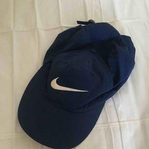 Mörkblå 1990s Nikekeps. I fint, begagnat skick. Porto på 18 kr tillkommer.😊