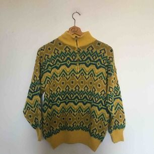 Mönstrad 1990s stickad tröja. Äldre modell från H&M. Storlek M. I fint, begagnat skick. Porto på 54 kr tillkommer. 😊